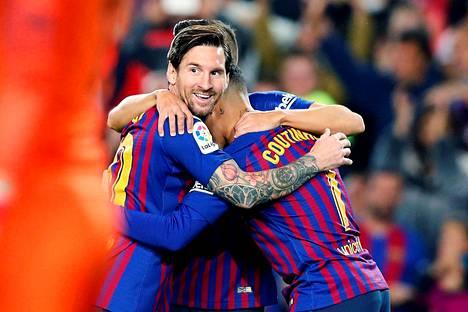 Lionel Messillä (vas.), Philippe Coutinholla ja muilla Barcelonan pelaajilla on syytä riemuun myös tilipäivänä. Palkanmaksajana seura on maailman ykkönen.