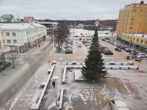 Valkeakoskella satoi hiukan lunta tiistaina aamupäivällä.