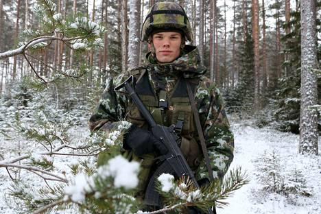 Tamperelaisella Juhani Hällillä oli tiistaina jäljellä 23 aamua puolen vuoden mittaisesta urakastaan armeijassa. Hän ei joudu tupauudistusta näkemään, mutta suunnitelmat eivät miellytä miehen silmiä.