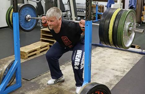Jani Niemelä treenaamassa jalkakyykkyä 160 kilon painoilla.