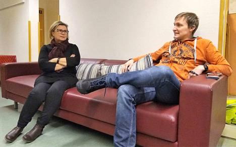 Nuorisotyönohjaajat Eeva Lahti ja Ville Haapakoski allekirjoittavat raisiolaisäiti Mona Silanderin näkemyksen siitä, että huoltajien olisi syytä seurata, mitä lapset älylaitteillaan tekevät.