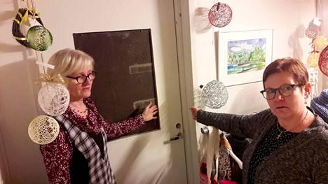 Sisään on tultu puodin puolelta. Samasta ovesta kuin viime vuonna, kertovat Pirjo Eeli ja Marjo Leppämäki.
