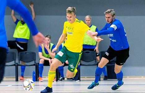 Jaakko Ahokkaan Ilves FS ja Miikka Mörön (oik.) PJK saivat aikaan tiukan taistelun Kauppi Sports Centerin parketilla viime lauantaina.