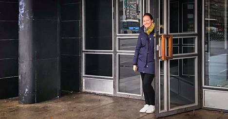 Karina Luosmaa on innoissaan yrityksensä uudesta sijaintipaikasta torinlaidalla.