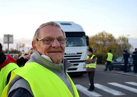 Eläkeläinen  Pierre Poirier kertoo, että Ranskassa hinnat ja pakolliset maksut nousevat jatkuvasti.