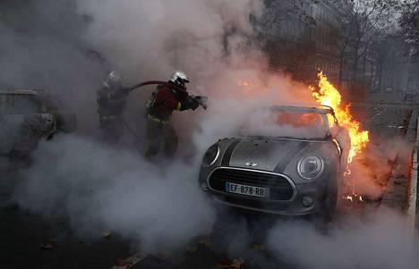 Keltaliivit vastustavat mielenosoituksillaan muun muassa korkeita polttoaineiden hintoja. Pelastajat sammuttivat palamaan sytytettyä autoa lauantaina Pariisissa.