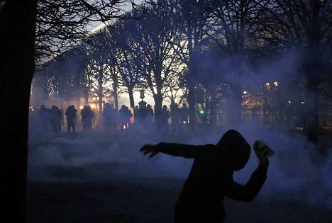 Mellakkapoliisit ja mielenosoittajat ottivat yhteen Pariisissa lauantaina. Jopa 65 ihmistä loukkaantui.