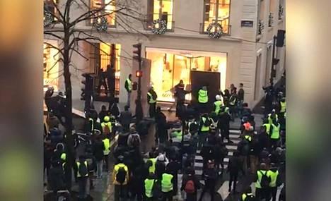 Mellakkapoliisi yritti rauhoittaa väkijoukkoja kyynelkaasulla ja vesitykeillä.