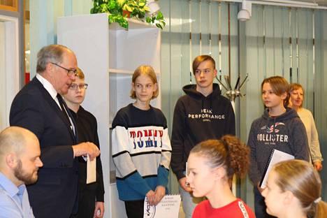 Nokian Sotaveteraanit ry:n puheenjohtaja Jorma Kuoppala sekä Nokianvirran koulun yrittäjyyskurssille osallistuneet Mico Jokitalo, Lauri Pääkkönen, Ville Uotila ja Samuli Myllyniemi.