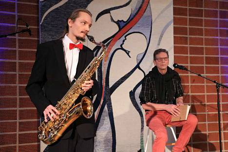 Itsenäisyysjuhlassa oli monipuolista ohjelmaa, kuten Atte Toivolan ja Seppo Liimatasen sanataide-esitys.