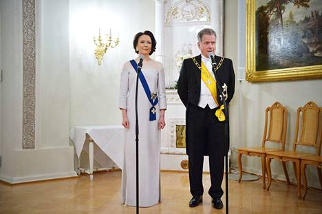 Sauli Niinistö toivotti Facebookissa seuraajilleen hyvää itsenäisyyspäivää. Samalla nähtiin ensi kertaa, millainen on Jenni Haukion puukuidusta tehty puku.
