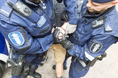 Vaikka poliisi esittäisi rikosperusteista karkottamista henkilöstä, joka on syyllistynyt vakaviin rikoksiin Suomessa, Maahanmuuttovirasto voi kokonaisharkintaan perustuen pyörtää karkottamisen. Kuvituskuva.