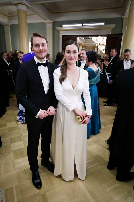 Sanna Marin juhli puolisonsa Markus Räikkösen kanssa Linnan juhlissa itsenäisyyspäivänä viime vuonna.