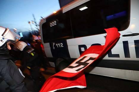 Poliisi poisti kulkueesta hakaristiliput itsenäisyyspäivänä.