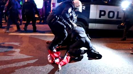 Poliisi takavarikoi kolme hakaristilippua käsikähmän jälkeen.