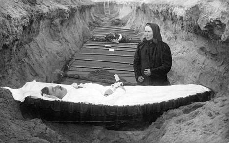 Punaisten joukkohauta Porissa. Kuvassa äiti poikansa haudan äärellä.