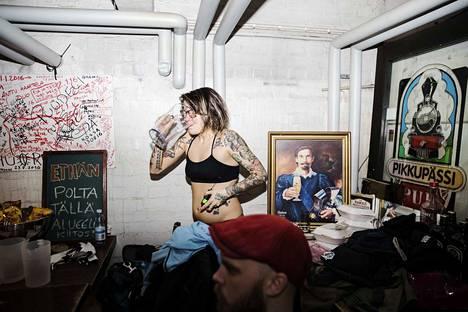 Anni Lötjönen laulaa, huutaa ja möykkää Prostituoidun keikoilla Suomen hurjimmalla energialla. Äänestään hän pitää huolta juomalla takahuoneessa vettä ja laulamalla rauhallisempia kappaleita, vaikka Fleetwood Macia. Punaisen lakin alla keikkaan valmistautuu Pub Pikkupässin alakerrassa myös basisti Ere Manninen.