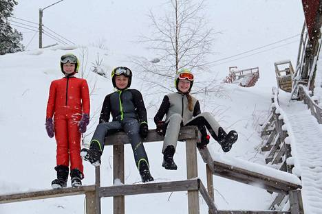 Emilia Mattila (vas.), Julia Äikiä ja Sofia Mattila starttasivat kisakauden Taivalkoskella viime viikonloppuna.