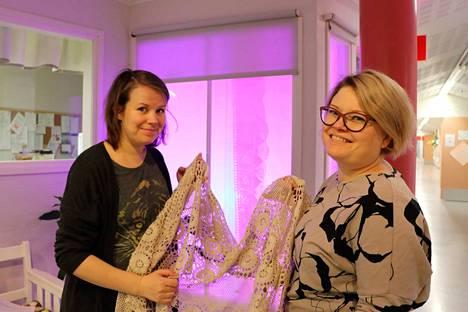 Taiteilija Anne Roininen ja kulttuurituottaja Annukka Ketola toivovat valotaideteosten herättävän keskustelua hoivakodeissa. Apuna on käytetty muun muassa vanhoja pitsiliinoja.