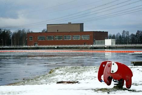 Kokemäenjokeen päässyttä öljyä eristettiin puomeilla Harjavallan voimalaitoksen yläpuoliseen patoaltaaseen, mutta öljyä pääsi myös voimalaitoksen läpi joen alajuoksulle.