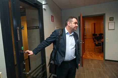 Atanas Aleksovski saapui käräjäoikeuteen perjantaina, kun alkamassa oli todistaja Timo P. Niemisen kuuleminen.