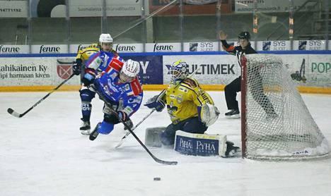 RoKi kohteli kaltoin KeuPa HT:tä pelissä ja Henri Joki-Erkkilä Justus Mikkosta maalin edessä.