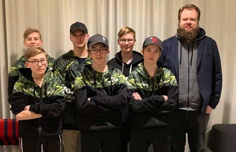 "JPB CS:GO, eli (takana vasemmalta) Emil ""Herminaattori"" Hautanen, Sebastian ""Fatbeni"" Lahti, Henri ""trAppi"" Leskinen, (edessä vasemmalta) Elo ""EBM"" Malila, Jami ""VelhoTomu"" Malila ja Max ""Shax"" Halonen. Oikealla joukkueen valmentaja Toni ""toNppa"" Luhtapuro."