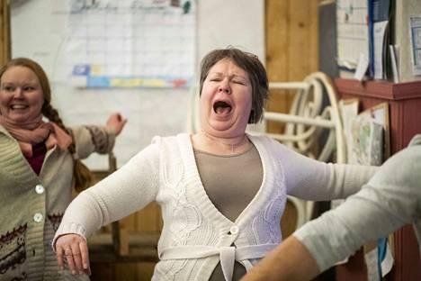 Naurujoogaajakursislainen Tuija Nevala harjoitteessa, josta kehkeytyy mehevä nauru.