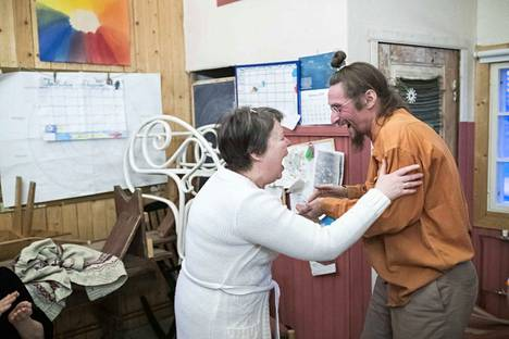 Tuija Nevala ja Tero Kolkka tervehtivät nauruharjoitteessa
