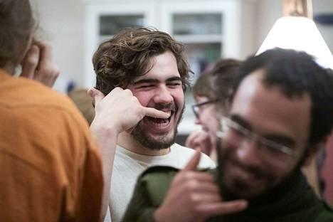 Miguel Bores nauraa kuvitteelliseen puhelimeen. Etualalla Stefano Ferrari tekee samoin.