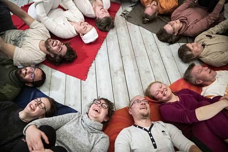 Kurjen tilalla Vesilahdella pidettiin naurujoogakurssi joulun alla. Tunnin loppupuolella nauru ei ole loppua ja kurssilaiset panivat selälleen maata.