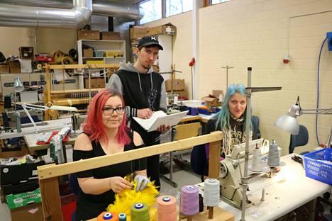 Kohti työelämää! Janette Kossi ja Ella Manninen työskentelevät Valtin tuotepajassa, Sebastian Vesterbacka mediapajan puolella.