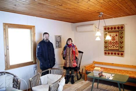Mökki on vielä talviteloilla, mutta tulevina vuosina Juhani ja Riitta Ruuskanen saattavat asua Isojärven rannalla ympäri vuoden.