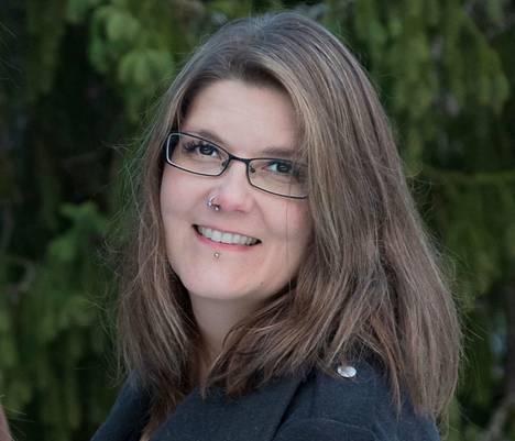 Tikinmaassa asuva Minna Hölttä on mainostoimistoyrittäjä, joka pyörittää myös pientä hevostallia.