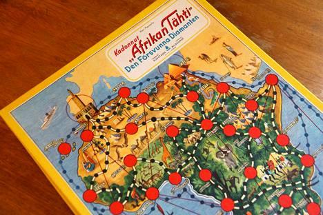 """Helsinkiläisen Kuvataiteen vuonna 1951 markkinoille tuoma Kadonnut """"Afrikan Tähti"""" osoittautui pian menestykseksi. Vuonna 1956 yhtiö kertoi, että peli oli poikien suuresti suosima. Sitä oli painettu Suomessa jo 55 000 kappaletta. Pelin suunnitellut Kari Mannerla oli varmasti tyytyväinen tekemäänsä kustannussopimukseen, joka takasi hänelle tuloja pelin jokaisesta painoksesta."""