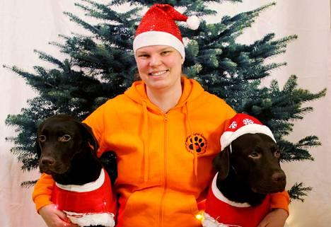 """Outi Korpinen sekä Torsti ja Taavi ilahduttavat ihmisiä Suomen Karva-Kaverit ry:ssä. Tulevana joulupäivänä """"karvakot"""" vierailevat Nokian Vihnuskodilla, sillä ovathan joulunpyhät juuri sellaisia päiviä, jolloin sopii antaa aikaa ajattomille."""