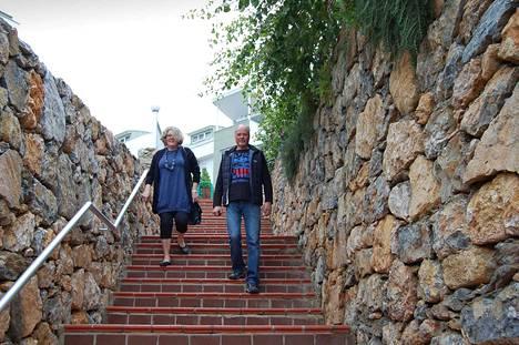 Pipsa ja Pasi Lönnbergin talvisin asuttama taloyhtiö on rakennettu komeilla kivimuureilla reunustetun mäen päälle.