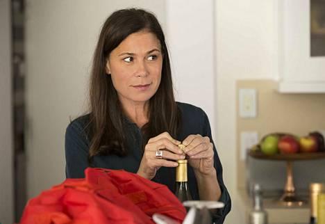 Helen (Maura Tierney) on stressaantunut ja kärsii aistiharjoista. Hän on muuttanut lapsineen Kaliforniaan The Affairin neljännellä kaudella.