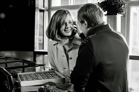 Hymyilevä mies perustuu tositapahtumiin. Raija Jänkä (Oona Airola) ja Olli Mäki (Jarkko Lahti) ovat pääosissa. Elokuva on palkittu Cannesin elokuvajuhlilla.