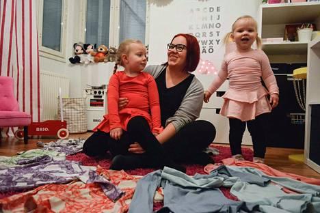 Jenna Mänttärin harrastuksena on lasten merkkivaatteiden shoppailu. Lapset Moona (sylissä) ja Martta suostuvat vielä laittamaan päälleen äitin valitsemat vaatteet. –Teini-iässä saattaa tilanne olla toinen, Mänttäri nauraa.