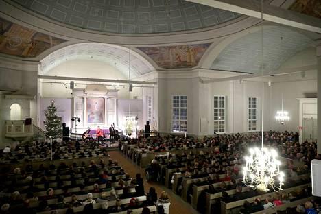 Joulukonsertit keräävät väkeä kirkkoihin, kirjoittaa Maija-Leena Seppälä. Waltteri Torikka esiintyi Kankaanpään kirkossa runsaalle yleisölle vuonna 2016.