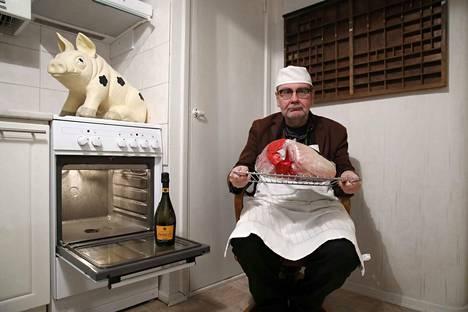Satakunnan Kansan toimittajalla Ville Hammarberg on elämänsä aikana paistanut yli 60 joulukinkkua.