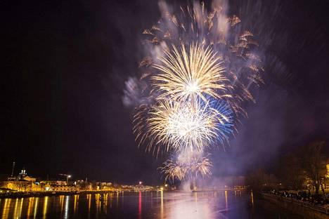 Porin uudenvuoden ilotulitusta pystyy seuraamaan parhaiten Etelärannasta.
