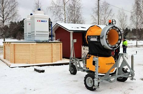 Suovuoreen on saatu uusi jäähdytystorni ja lumitykki. Tornissa vesijohtoveden lämpötilaa pudotetaan monta astetta, joten tykillä voi tehdä lunta aiempaa lämpöisemmällä ilmalla. Pakkasta tarvitaan silti viitisen astetta.