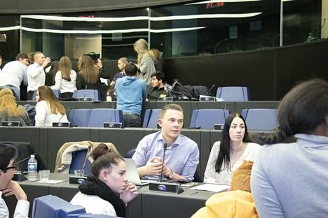 Jone Korpi ei ollut valiokuntansa puheenjohtaja, mutta puheliaana ihmisenä hän ei jäänyt ryhmäkeskusteluissa hiljaiseksi. Vieressä istuu Alisa Airaksinen.
