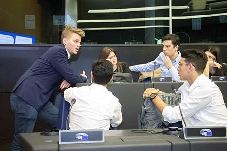 Topias Pekkanen (vasemmalla) valittiin valiokuntansa sihteeriksi. Pekkasen mukaan tehtävä oli työläs, mutta antoisa kokemus.