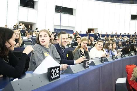 Parlamentin täysistuntosalissa nuoret pääsivät päivän päätteeksi äänestämään valiokuntien ehdotuksista. Norssin opiskelijat Emma Niskanen (vasemmalta), Helena Ukkola, Jone Korpi, Aada Taubert, Minttu Irri, Zozan Altun ja Saaga Rissanen valmistautuvat äänestämään.