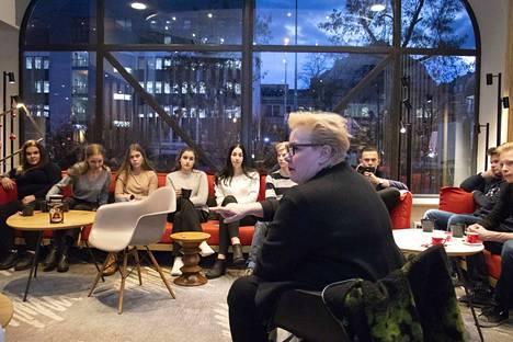 Europarlamentaarikko Sirpa Pietikäinen (kok.) tuli tapaamaan tamperelaisnuoria hotelliin Strasbourgissa ja vastasi samalla nuorten kysymyksiin.