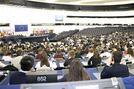 Nuorten kokous käynnistyi täysistuntosalissa. Jokainen koulu 24 maasta esiteltiin vuoronperään, mutta päivä aloitettiin minuutin hiljaisella hetkellä Strasbourgin terrori-iskun uhrien muistoksi. Kaikkiaan päivään osallistui 468 nuorta.
