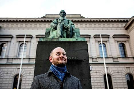Sinisten puheenjohtaja Sampo Terho pitää idolinaan kansallisfilosofi J.V. Snellmania. Snellmanin patsas on Helsingissä Suomen Pankin rakennuksen edustalla.